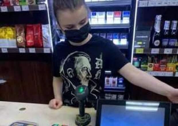 В Запорожье продавец по случаю 80-летия нападения Германии на СССР вырядилась в футболку с изображением Гитлера