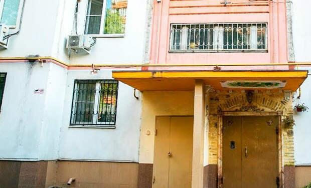 Мужчина начал рисовать на стенах в подъезде и вызвал возмущение соседей. Через год дом получил архитектурную премию