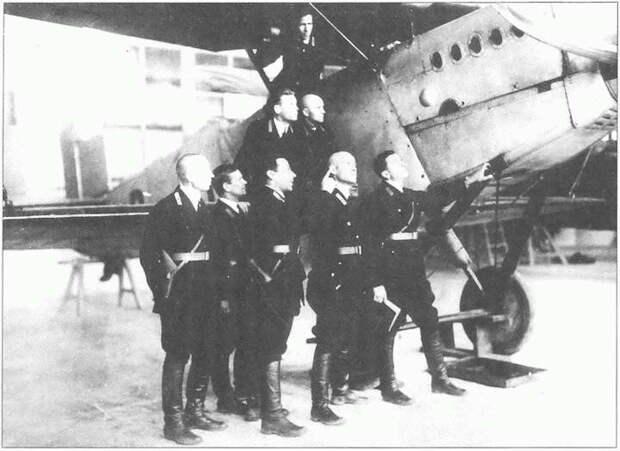 Советские и немецкие курсанты осматривают голландский Фоккер D XIII, один из основных самолетов Липецкой лётной школы.