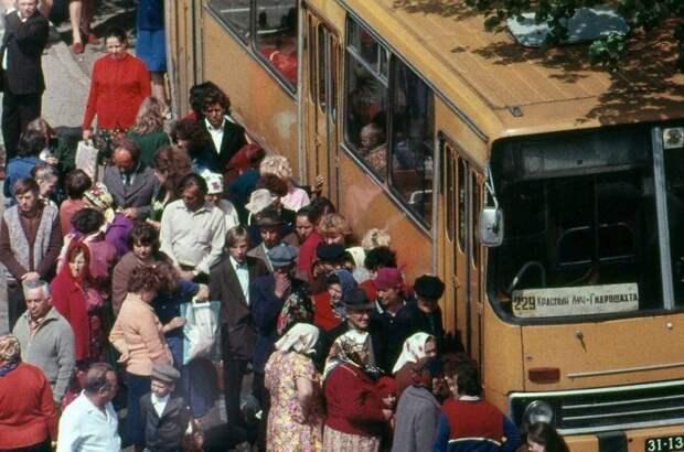 7. Не менее любимый и популярный в Союзе автобус «Икарус». СССР ежегодно в огромных количествах закупал у братской Венгерской Народной Республики машины этой марки. СССР, авто, автомобили, олдтаймер, ретро авто, ретро техника, ретро фото, советские автомобили