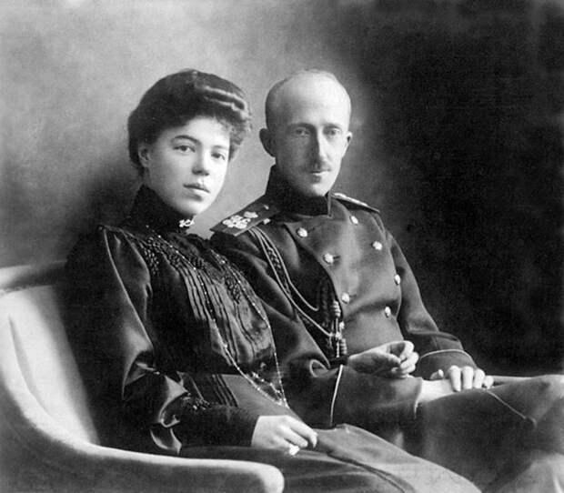 Великая княгиня Ольга Александровна и её первый муж, Пётр Александрович, принц Ольденбургский, около 1901 года. / Фото: Wikimedia Commons