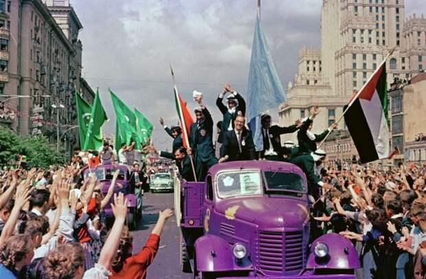 Яркие цветные фотографии Всемирного фестиваля молодёжи 1957 года в Москве