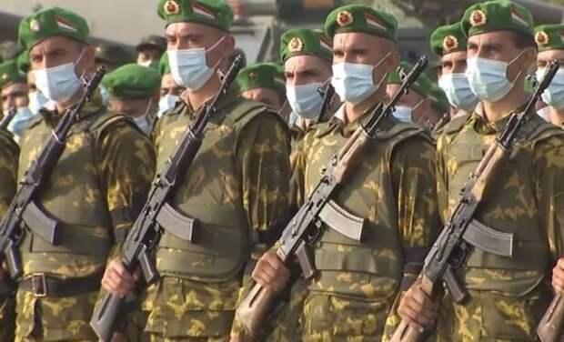 Кыргызские и таджикские военные ведут огонь по друг другу