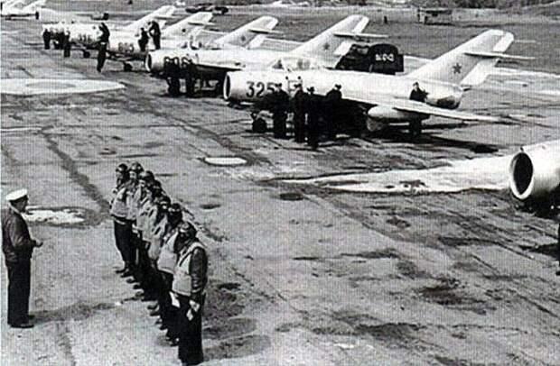 Инструктаж советских летчиков перед вылетом на аэродроме в Корее. Фото: airaces.ru