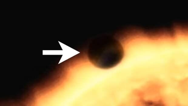 Огромный сферический объект сфотографирован возле Солнца