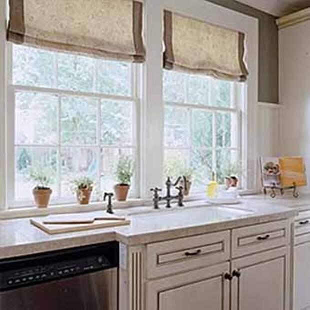 удобный кухонный стол с мойкой около стены с окном