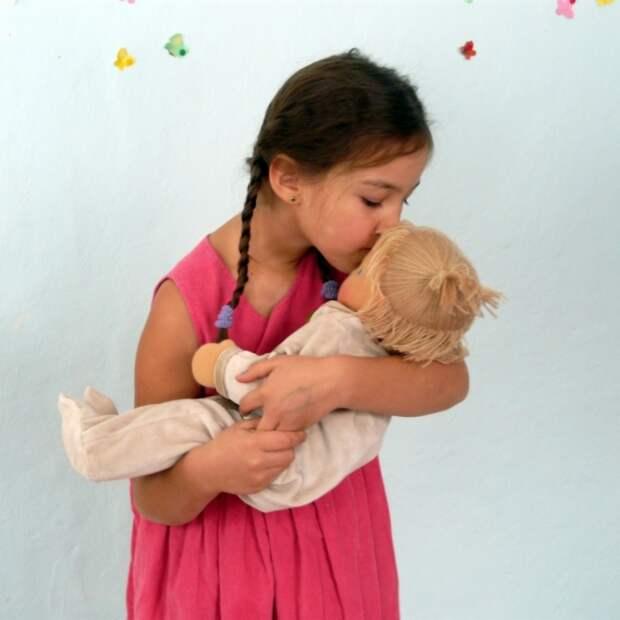Девочка и вальдорфская кукла. Фото / Waldorf doll. Photo