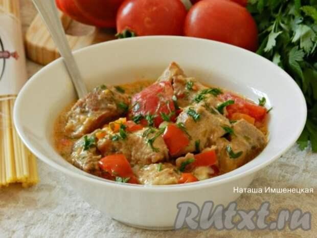 Cвинина, тушеная с овощами на сковороде