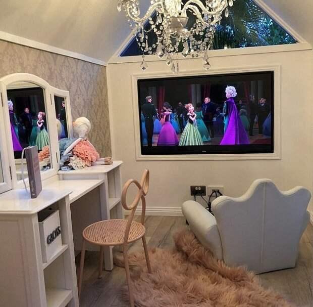 В миниатюрном доме Милли-Белль есть 50-дюймовый телевизор, туалетный столик, хрустальная люстра Instagram, Квинсленд, Милли-Белль Даймонд, австралия, домик, роскошь, фото