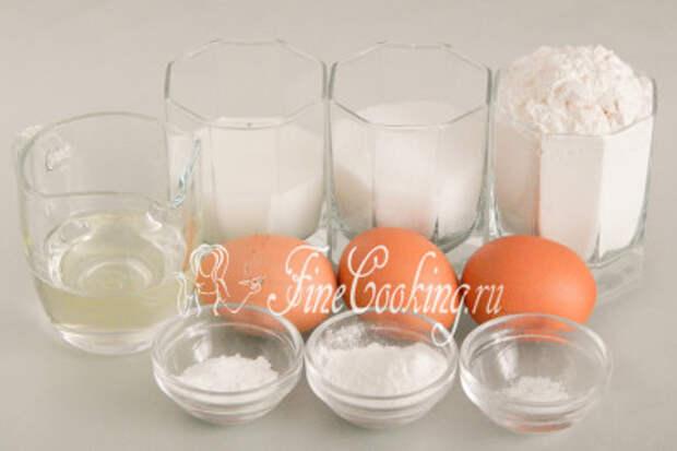 Для приготовления шифонового бисквита нам понадобятся следующие ингредиенты: куриные яйца (крупные - 55-60 граммов каждое), пшеничная мука высшего сорта, сахарный песок и ванильный сахар, рафинированное подсолнечное масло, молоко любой жирности (я взяла 2,5%), разрыхлитель теста и немного соли