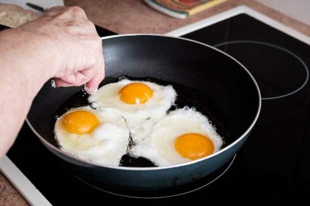 Солите яичницу в конце готовки. / Фото: nu-super.ru