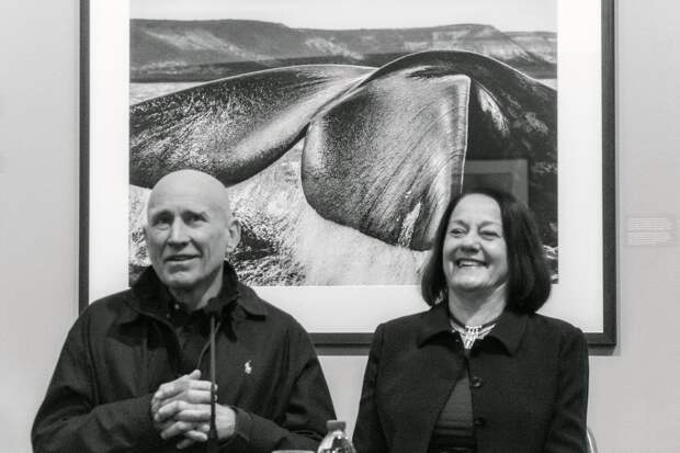 Сальгадо вместе с супругой на фоне своей фотографии