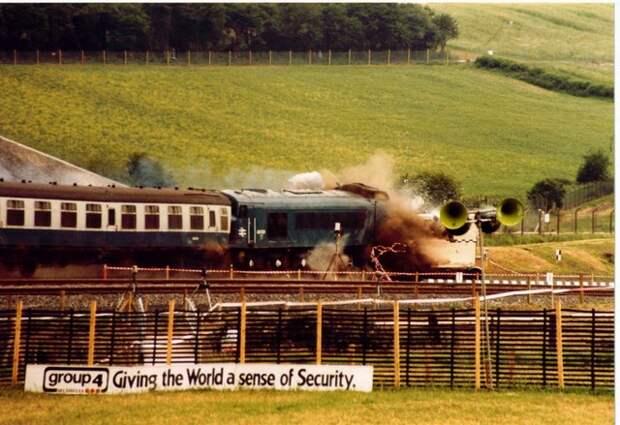 Списанный по старости контейнер для перевозки отработавшего ядерного топлива в Британии в 1984 году проверили на устойчивость к крушениям, направив в него поезд на скорости 160 километров в час. Несмотря на мощный удар, уничтоживший локомотив и платформу, на которой находился контейнер, сам он остался цел / ©Wikimedia Commons