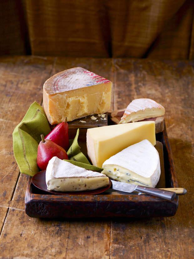 В сырах также содержится витамин D, и это - еще одна важная причина включить продукт в меню осенью