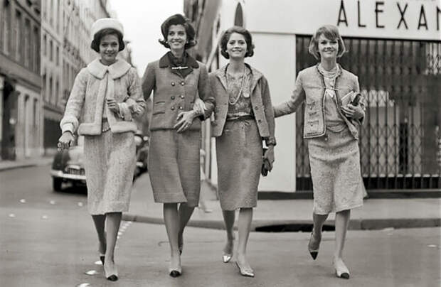 Модели в твидовых костюмах Chanel