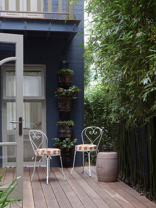 Красивое использование принтов и роскошная золотая кухня в интерьере дома в Австралии