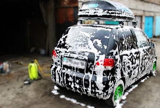 процесс нанесения пены на автомобиль при помощи минимойки