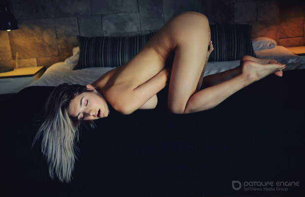 Голая девушка на кровати