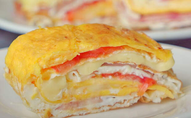 Слоеная яичница: превращаем яйца в почти пирог с колбасой и сыром