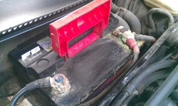 Сильно окислившиеся клеммы на аккумуляторной батарее. | Фото: drive2.ru.
