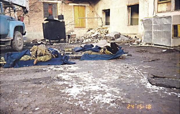 Тела погибших перед больницей города Грозный.ноябрь 1995 года.