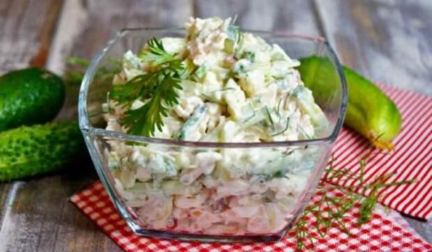 Попробовала этот салат в ресторане и теперь часто готовлю его дома. Уж очень вкусно!