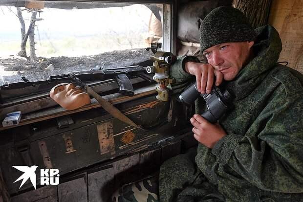 Донбасс. Ополченец у бойницы. Фото: Владимир ВЕЛЕНГУРИН