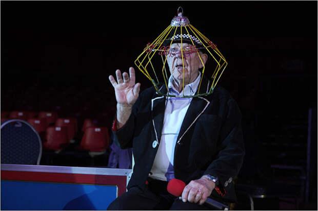 Олег Попов с птичьей клеткой на голове присутствует на репетиции своего нового шоу.