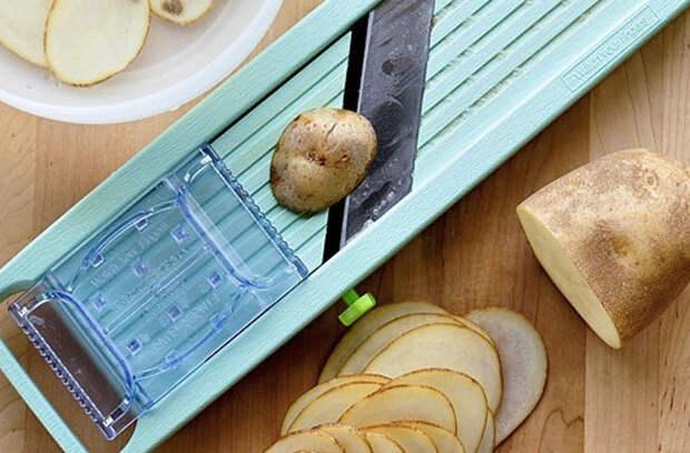 Чипсы в микроволновке за 5 минут: режем картошку и ставим внутрь на бумажном полотенце