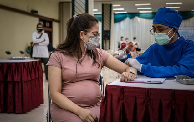 Беременным разрешили вакцинироваться от COVID-19: в Петербурге уже сделали первую прививку