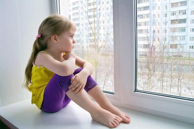 Девочка, окно