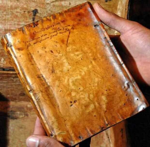 Жуткие книги с переплётами из человеческой кожи