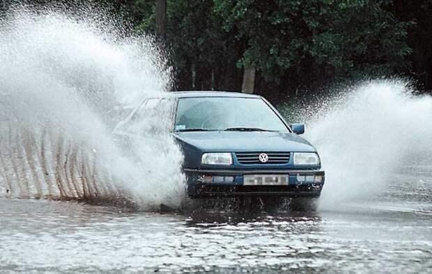 Тормозить на мокром асфальте нужно очень аккуратно. | Фото: drive2.ru.