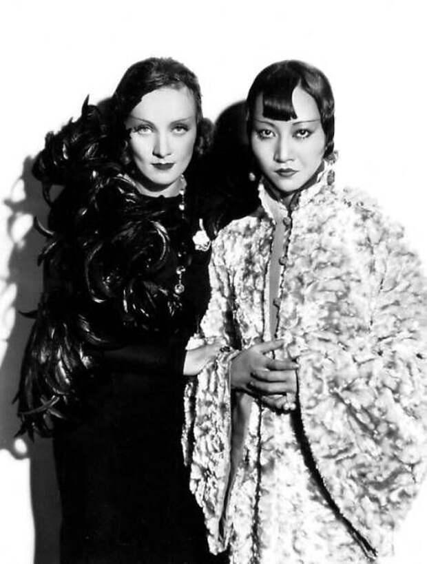 """Марлен Дитрих и Анна Мэй Вонг во время съемок мелодрамы """"Шанхайский экспресс""""(1932)"""