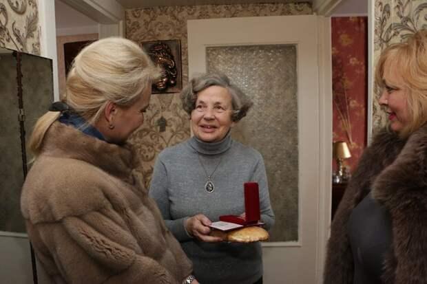 Крымские чиновницы в шубах подарили блокадникам батон