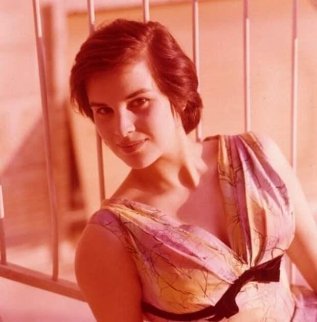 Итальянка сгорячим сердцем ироскошной внешностью: 30 винтажных снимков Антонеллы Луальди