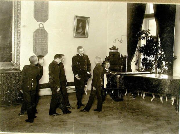 60. Воспитанники Пажеского корпуса в зале с учителем танцев во время урока