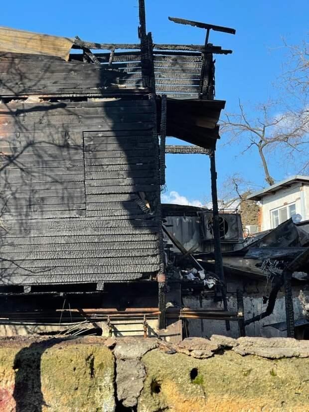 Выбегали голые и босые: Объявлен сбор средств для семьи, у которой сгорел дом в Ялте
