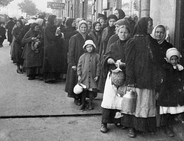 Очередь за продуктами в Москве. Фото: 1919 г. Источник: РИА Новости