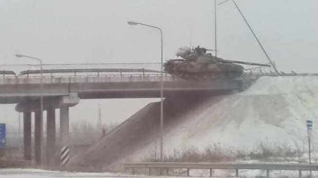 Повисший на мосту танк ВСУ
