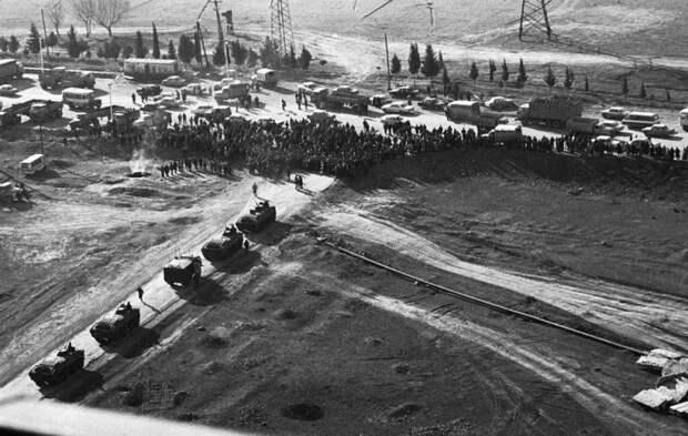 Толпа блокирует проход советских танков на дороге недалеко от Гянджи, бывший Кировабад, в Азербайджане.  22 января 1990.
