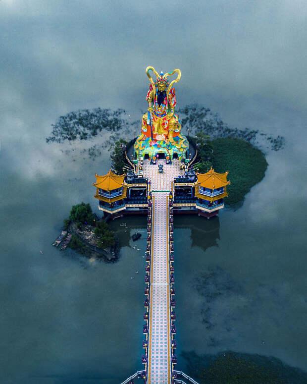 Фотограф снял самые красивые и причудливые храмы Азии