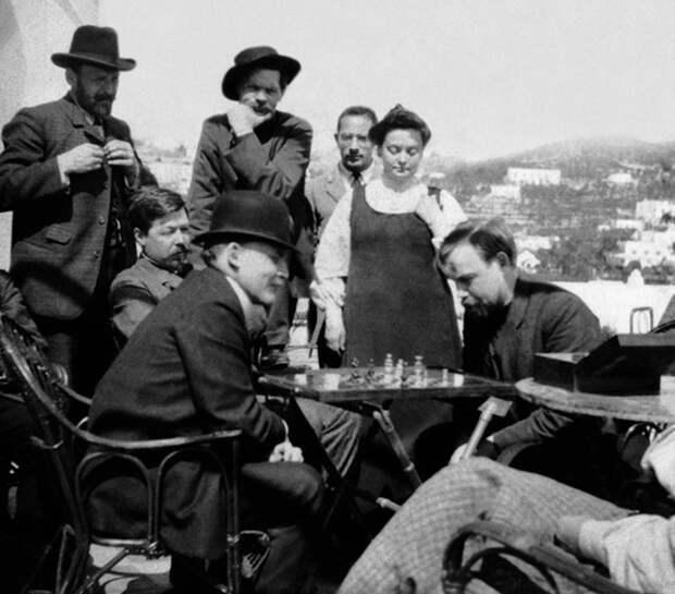 Ленин (второй слева) в гостях у Максима Горького на острове Капри.