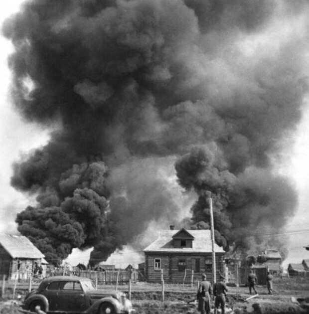 Немецкие солдаты рядом с горящей советской деревней. Время съемки: июнь 1941. Фото: bosonogoe.ru