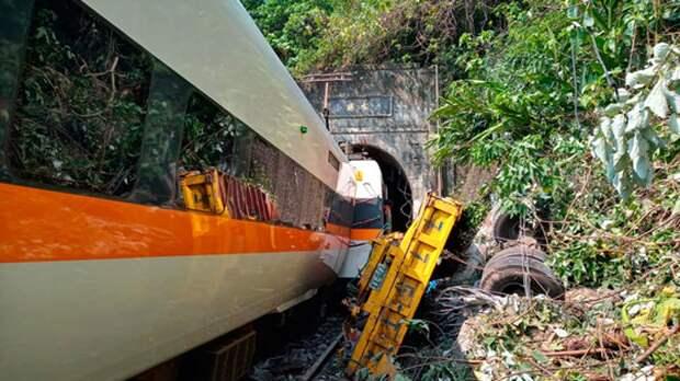 НаТайване сошел срельсов пассажирский поезд: есть жертвы