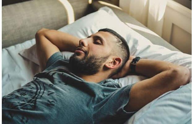 Мясников развеял мифы о правильной позе для сна