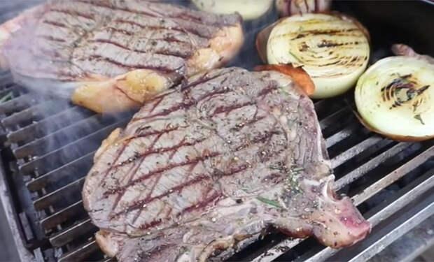 Кладем килограмм мяса на мангал: получается сочнее шашлыка