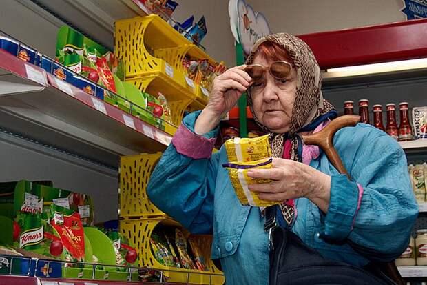 Власти предложили кормить российских пенсионеров «фастфудом»