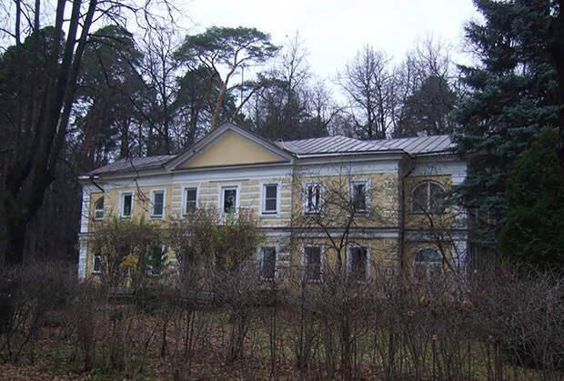 В уникальной усадьбе жили Романовы и дед Путина. Теперь ее сносят втайне от всех