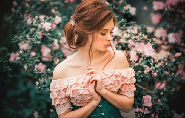 Обои девушка, цветы, ветки, природа, декольте, профиль, шатенка ...